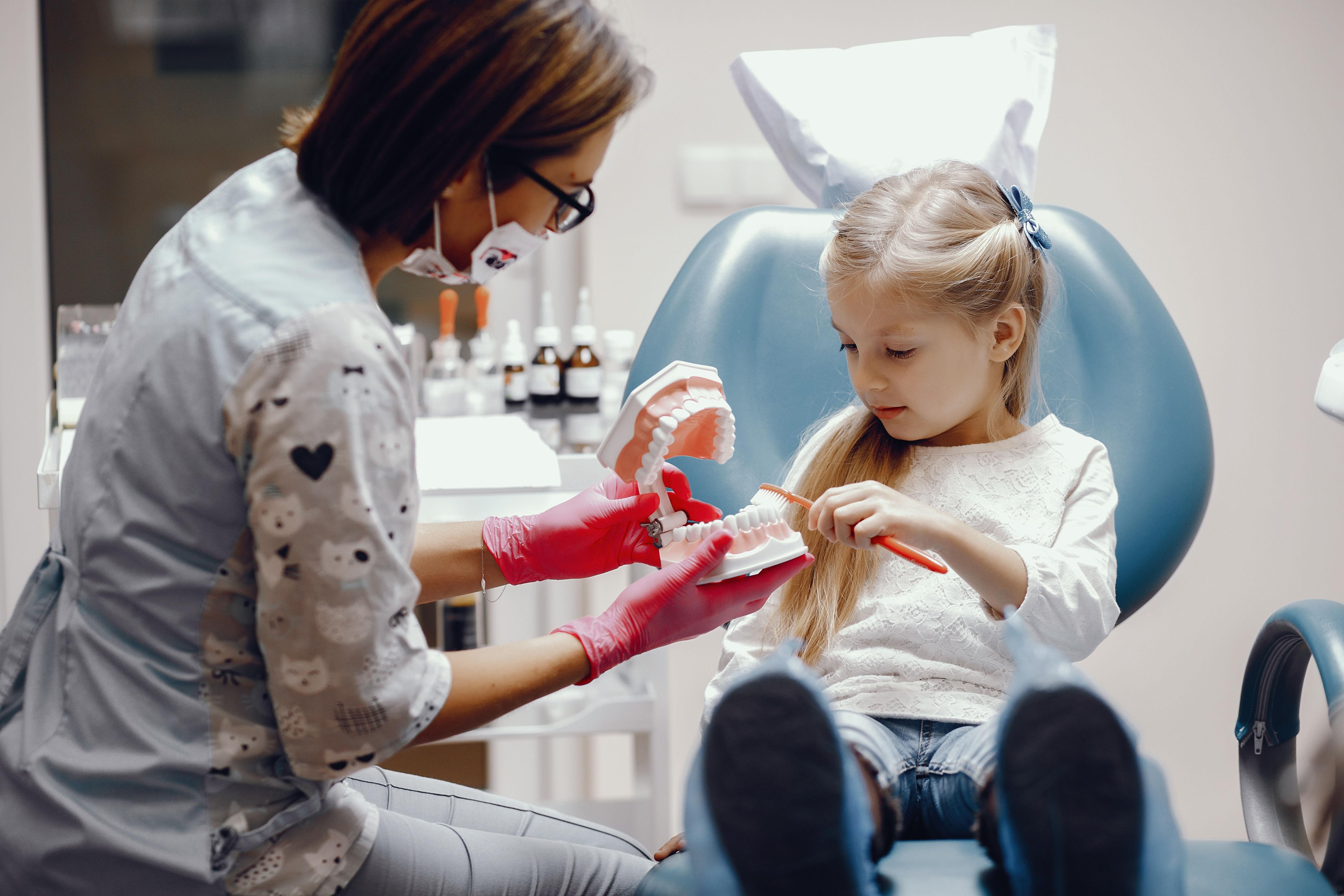 Dziewczynka u dentysty w Toruniu
