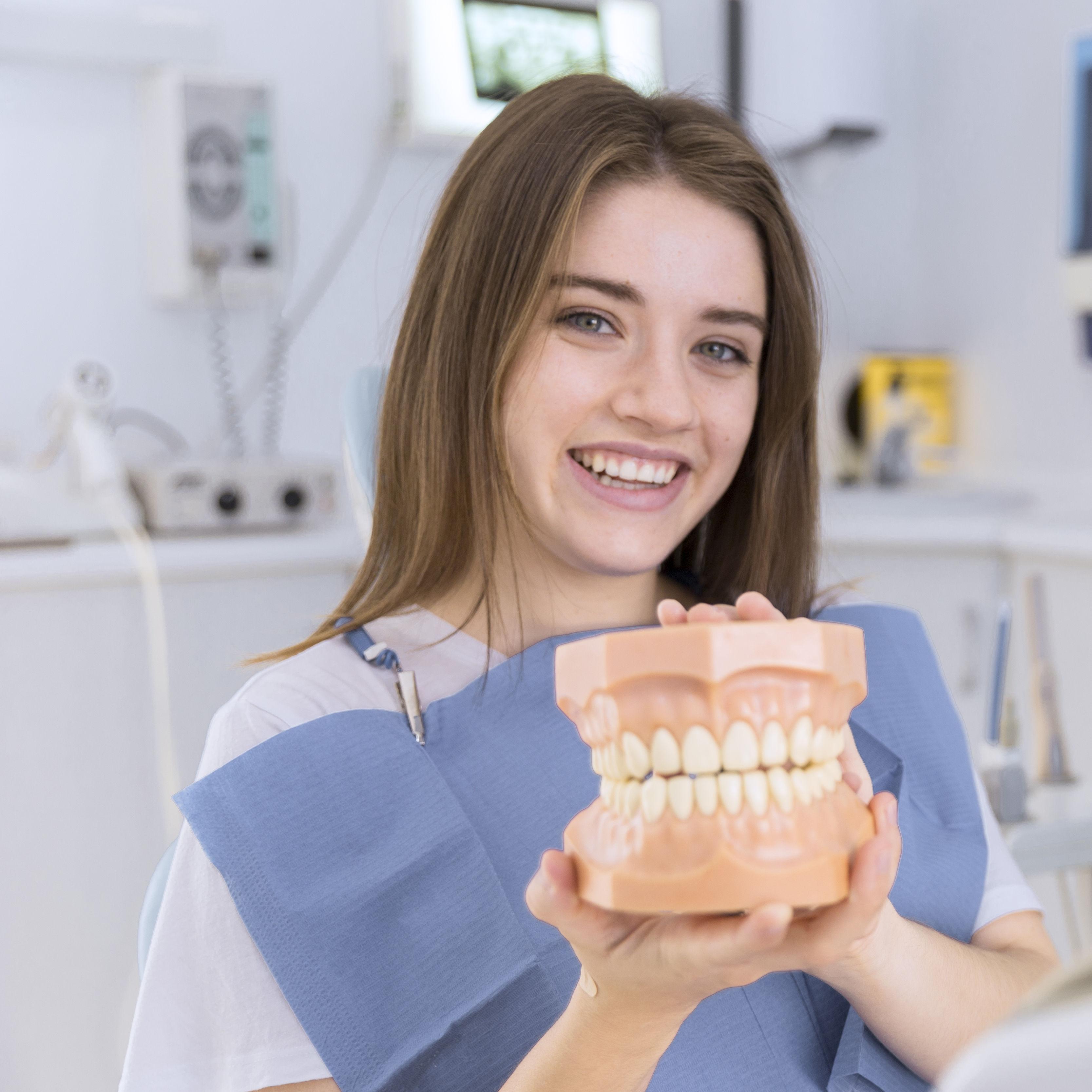 Dziewczyna trzyma zęby